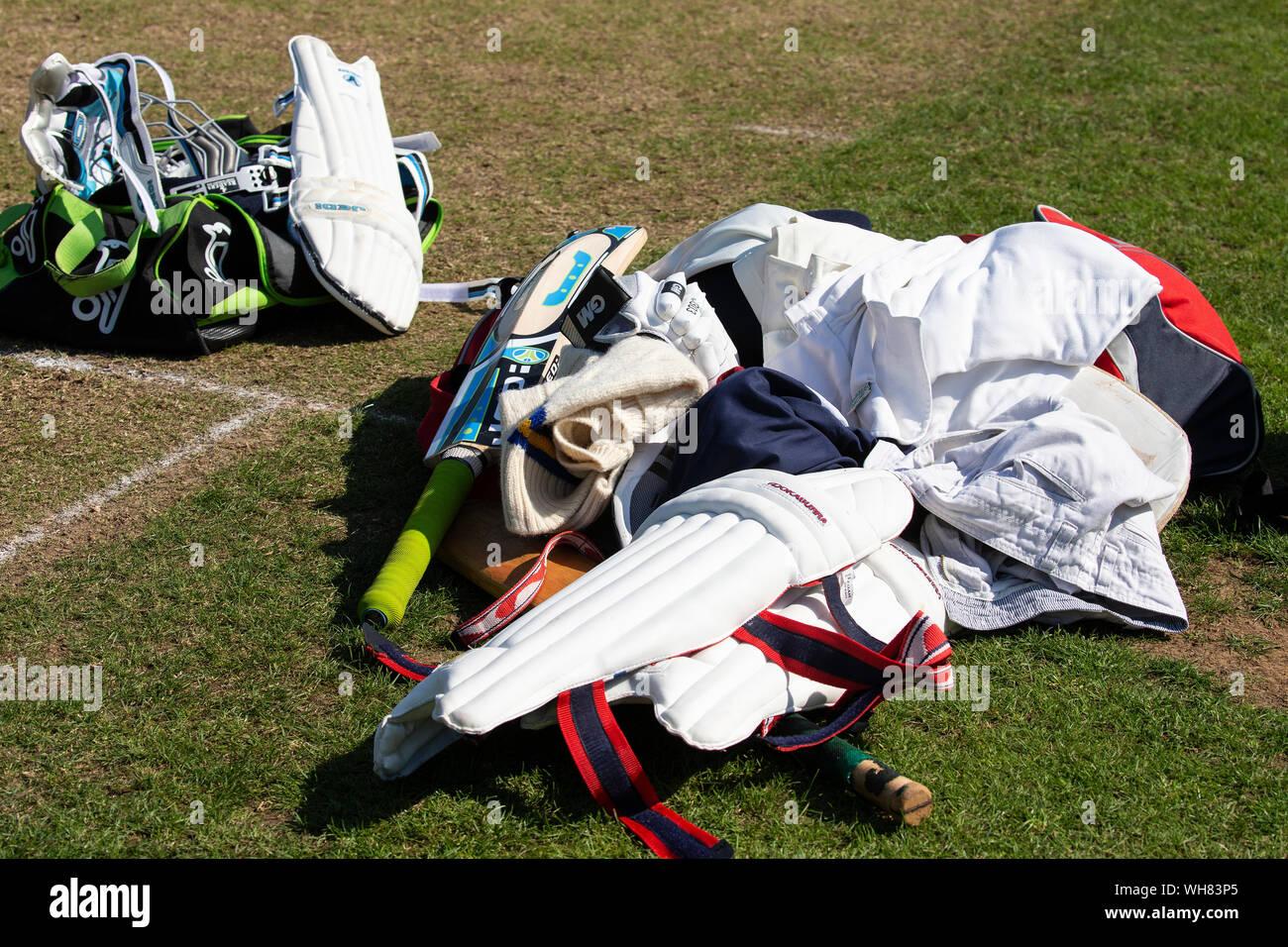 Como surtido de cricket acostado sobre la marcha wicket y tono durante una pausa en el juego Foto de stock