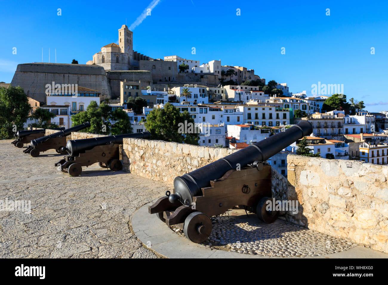 Bastion, cañones, las murallas de Dalt Vila, la catedral, el casco antiguo, declarado Patrimonio de la Humanidad por la UNESCO, la ciudad de Ibiza, Islas Baleares, España, Mediterráneo, Europa Foto de stock