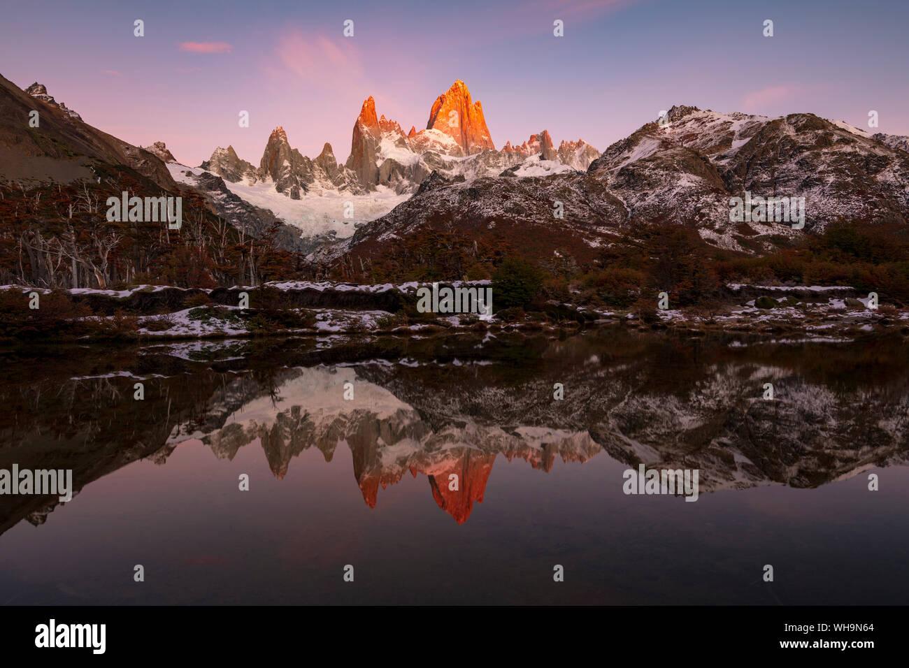 Monte Fitz Roy y el Cerro Torre, con increíbles amaneceres, el Parque Nacional Los Glaciares, la UNESCO, El Chaltén, Provincia de Santa Cruz, Patagonia, Argentina Foto de stock