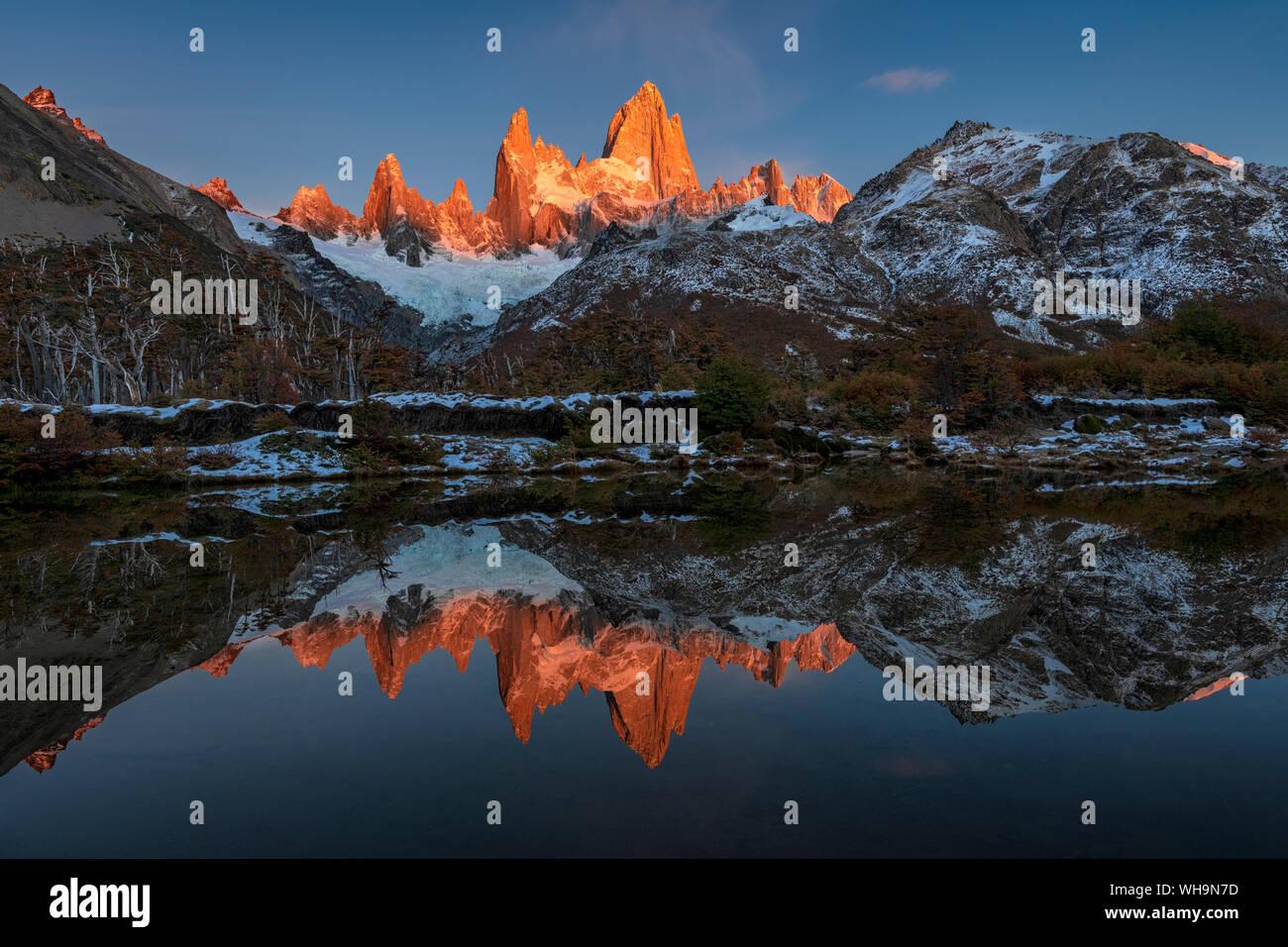 Cordillera con el Cerro Fitz Roy al amanecer reflejado, el Parque Nacional Los Glaciares, declarado Patrimonio de la Humanidad por la UNESCO, El Chalten, Argentina, Sudamérica Foto de stock