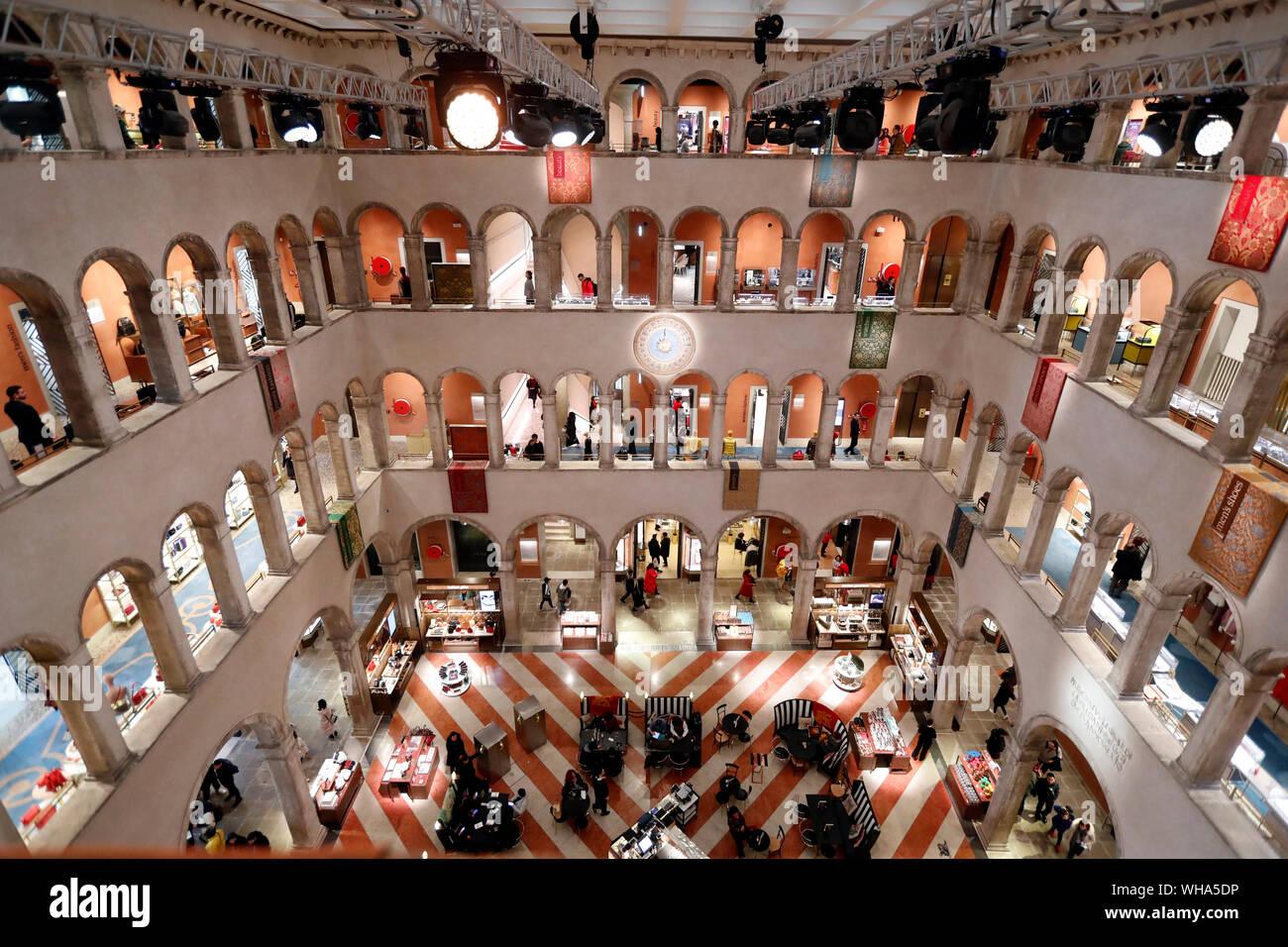 El lujoso centro comercial Fondaco dei Tedeschi, Venecia, Véneto, Italia, Europa Foto de stock