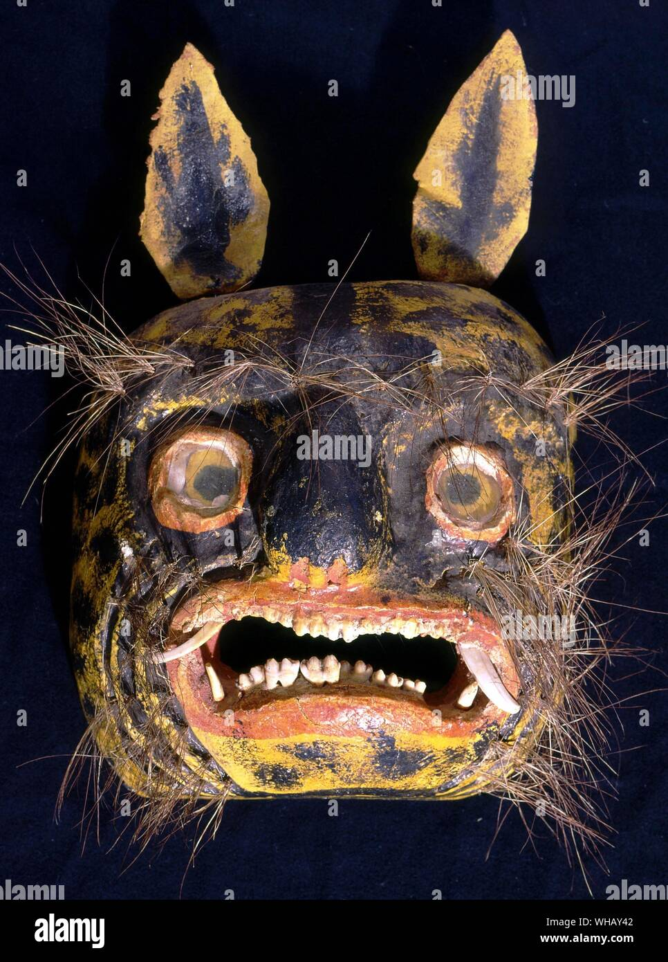 Máscara mexicana Horniman. El Diablo y todas sus obras por Dennis Wheatley, página 116. Foto de stock