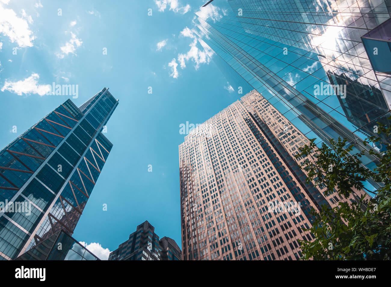 Los rascacielos, punto de vista desde abajo para arriba, con reflejos de las nubes en las ventanas, en el centro de la ciudad de Filadelfia, EE.UU. Foto de stock