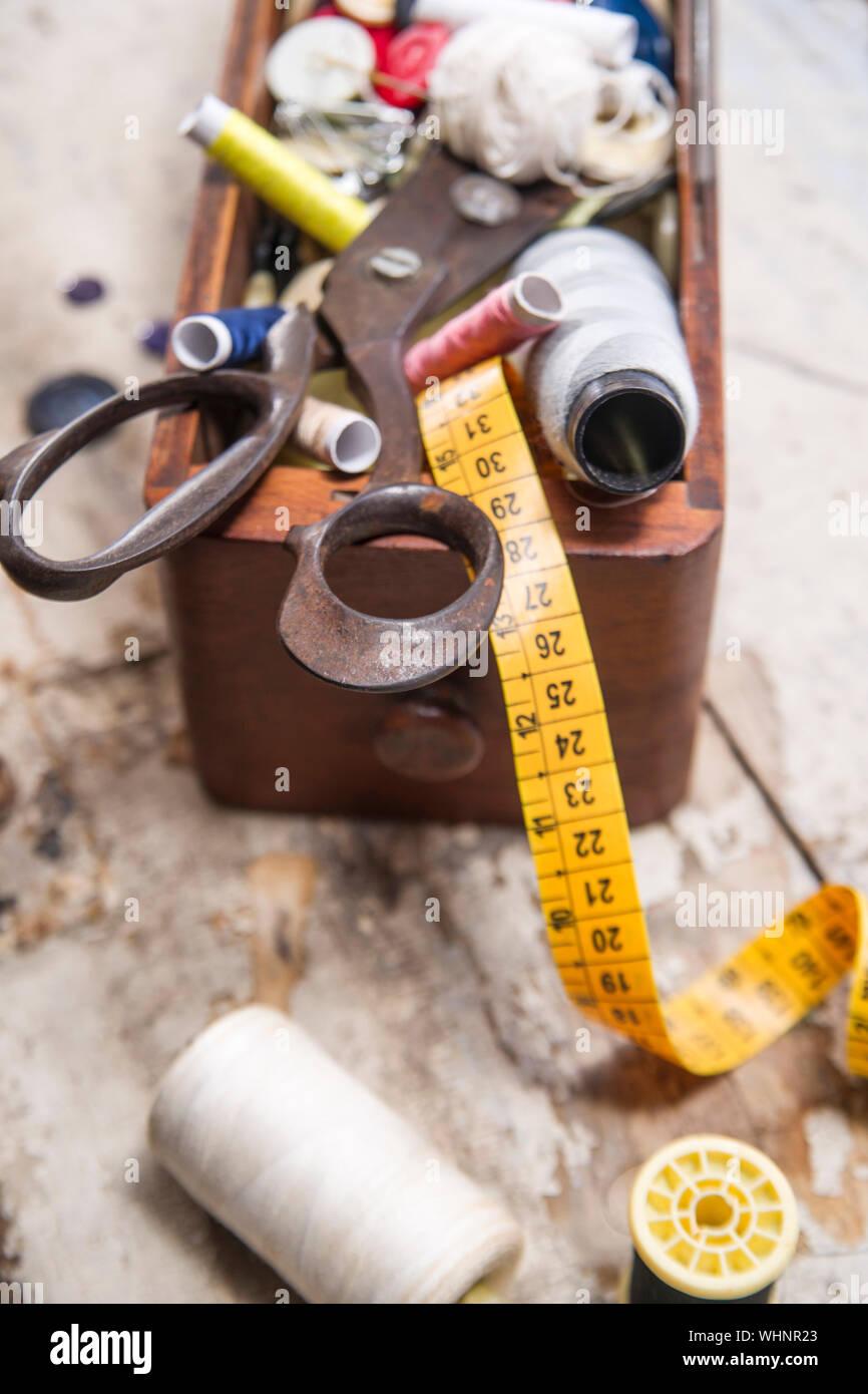 Un alto ángulo de visualización de diversos elementos en la mesa de costura Foto de stock