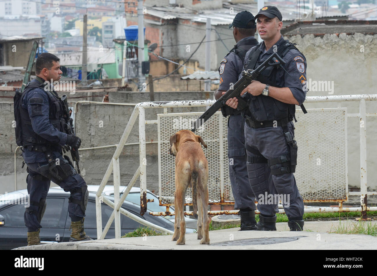 Río de Janeiro, Brasil, Marzo 21, 2015: la policía militar de Río de Janeiro con francotiradores patrullando el Complejo alemán, los barrios de complejo Foto de stock