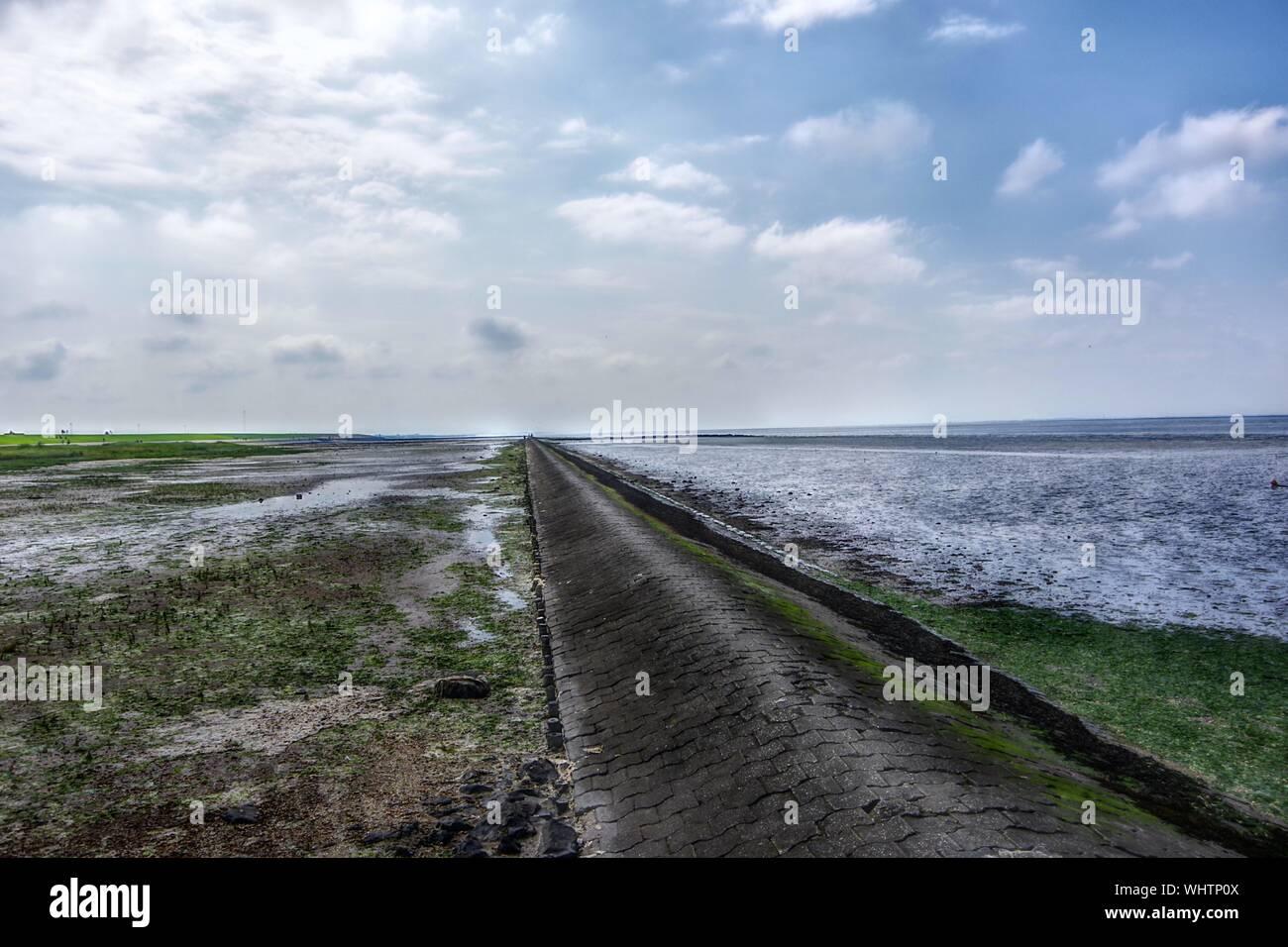 Vista panorámica del mar contra el cielo Foto de stock
