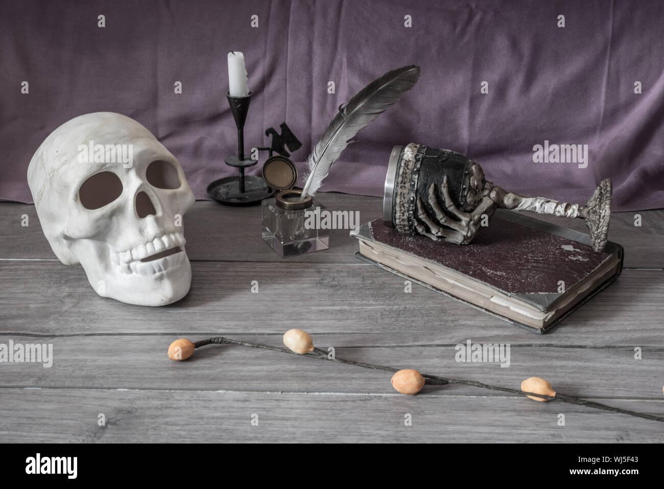 Cráneo con tinta y lápiz hueco en la tabla Foto de stock