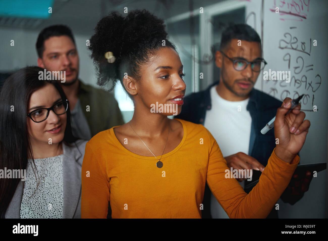 Grupo multiétnico de gente de negocios planificación de proyecto inicio sobre vidrio junta en Office Foto de stock