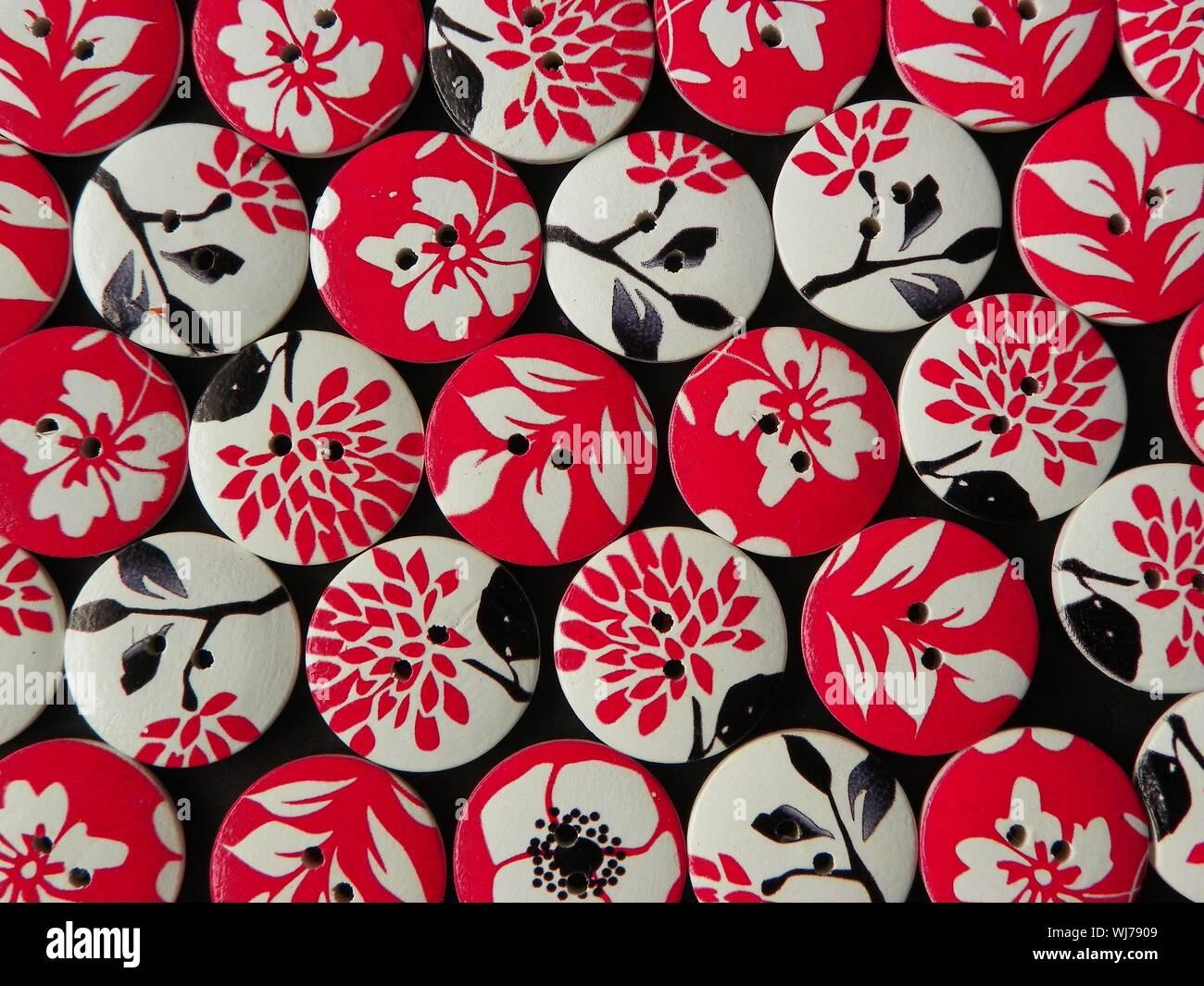 Vista de fotograma completo de botones circulares con dibujos florales Foto de stock