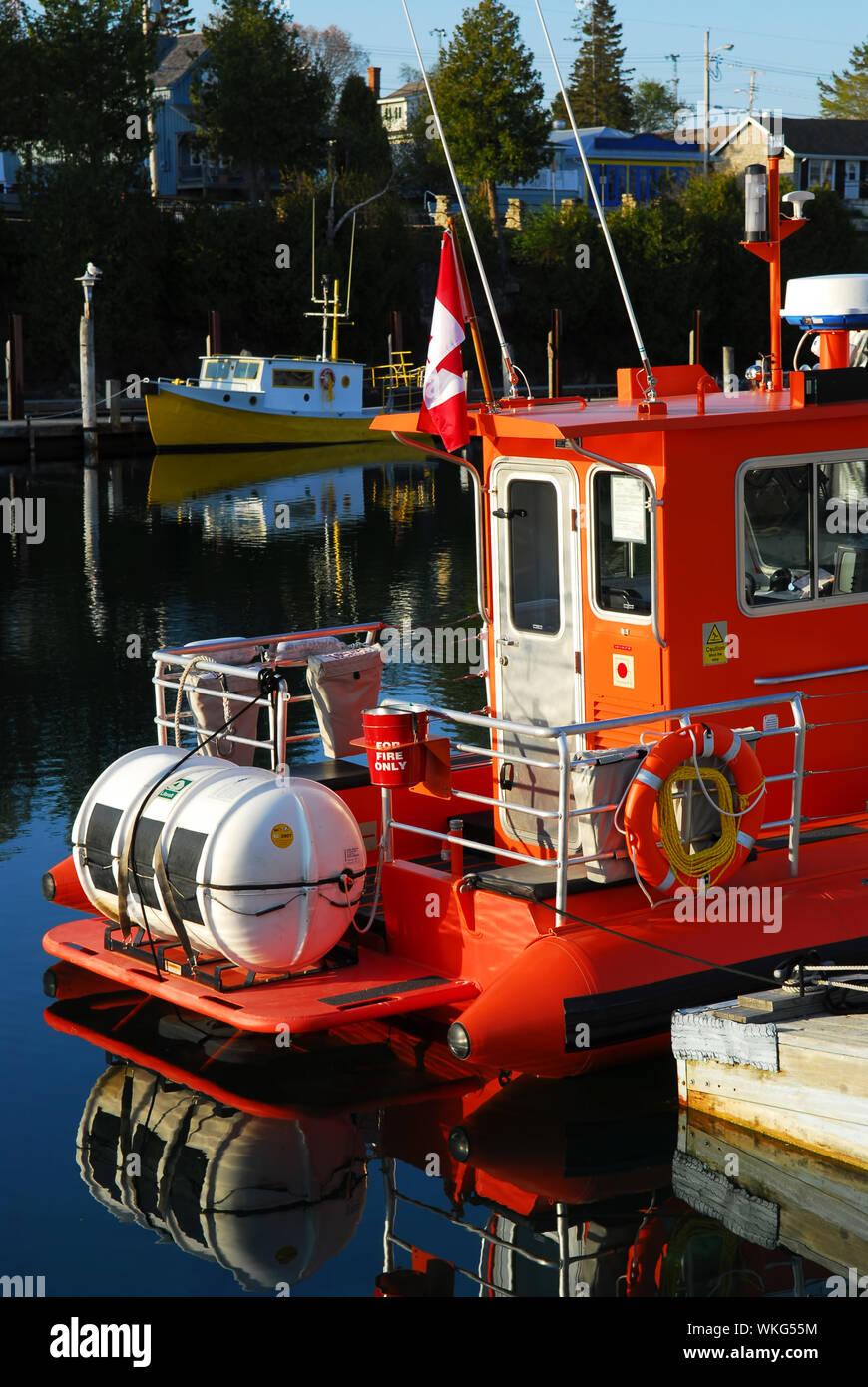 Barcos de pesca en el muelle de madera, temprano en la mañana en Tobermory Ontario Canada Foto de stock