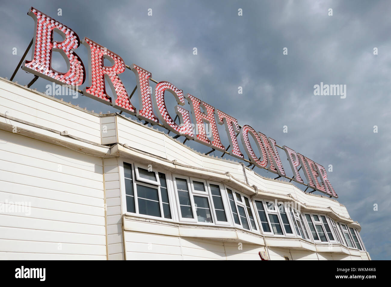 Vista de ángulo bajo el signo del Brighton Pier en East Sussex, Inglaterra KATHY DEWITT Foto de stock