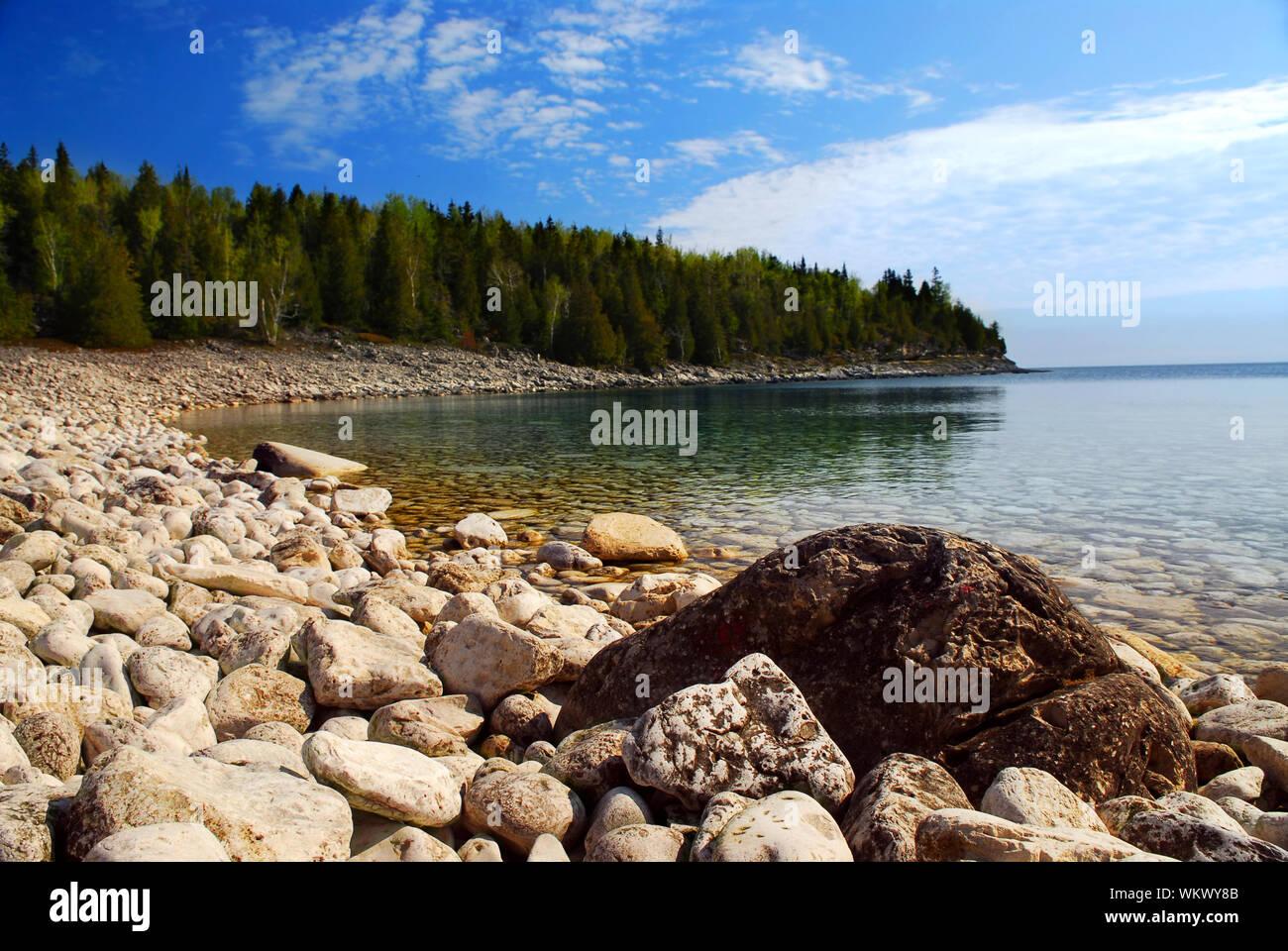 Las aguas cristalinas de la Georgian Bay en la península de Bruce en Ontario, Canadá Foto de stock