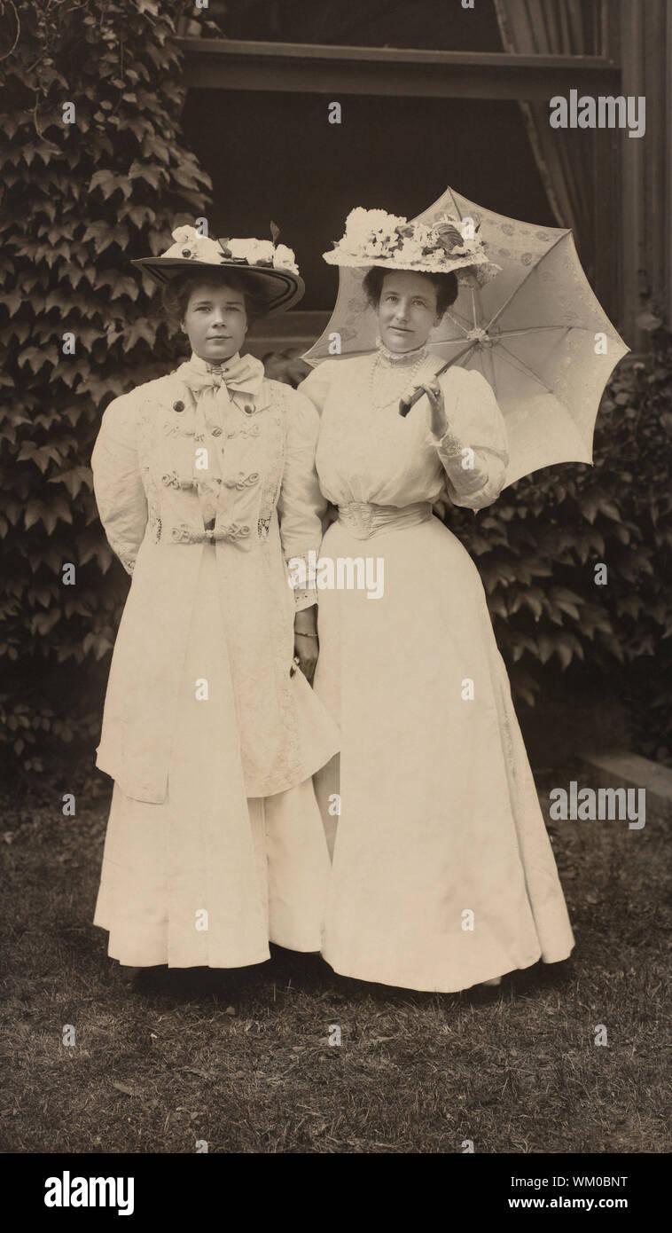 La Primera Dama Edith Roosevelt con la hija de Ethel, Full-Length retrato, Fotografía por Pach Bros., 1907 Foto de stock