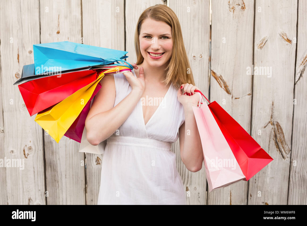 Hombre cliente llevando bolsas compra en hombros viernes