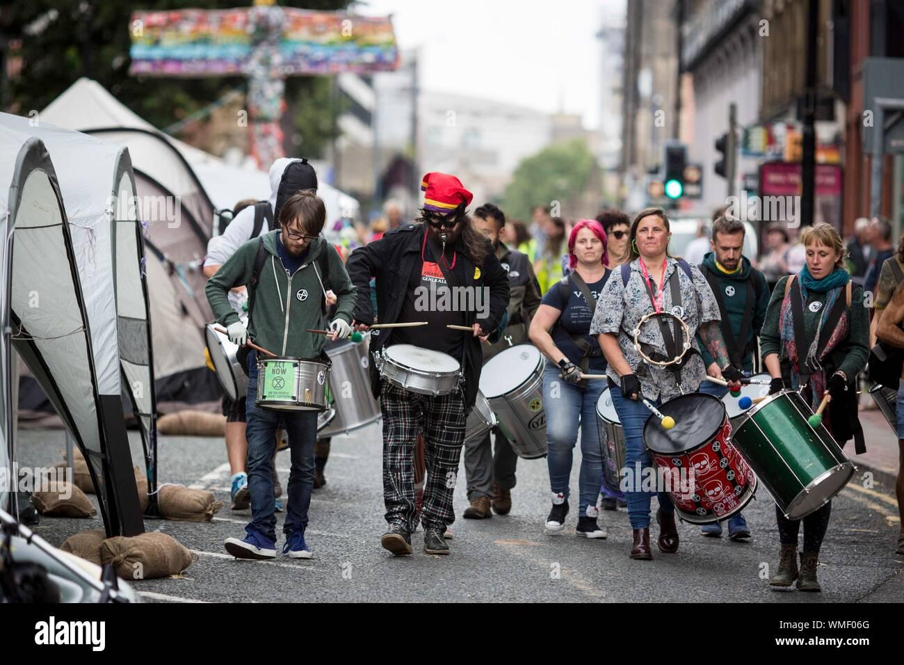 Extinción los manifestantes de la rebelión ocupan hoy Deansgate en el centro de la ciudad de Manchester (Viernes 30 de agosto de 2019) Foto de stock
