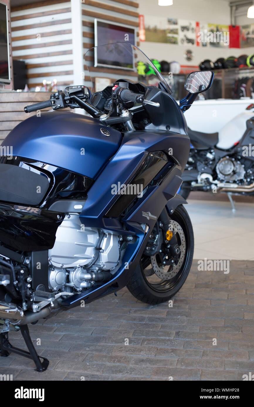 Rusia, Izhevsk - Agosto 23, 2019: motocicleta Yamaha shop. Nueva moto moderna FJR1300 en moto store. La famosa marca mundial. Foto de stock