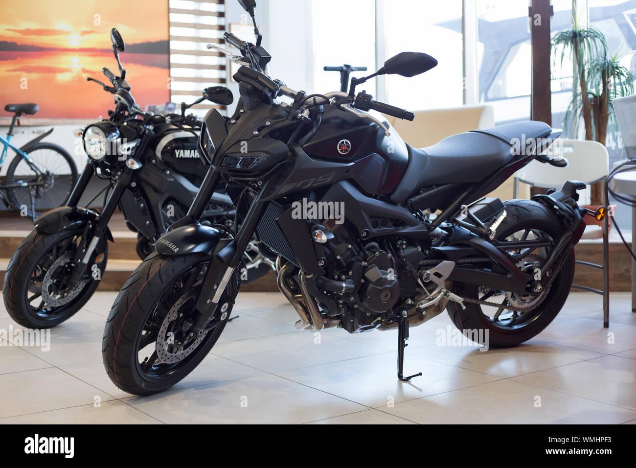 Rusia, Izhevsk - Agosto 23, 2019: motocicleta Yamaha shop. Nuevas motos y accesorios en la tienda de motocicleta. La famosa marca mundial. Foto de stock