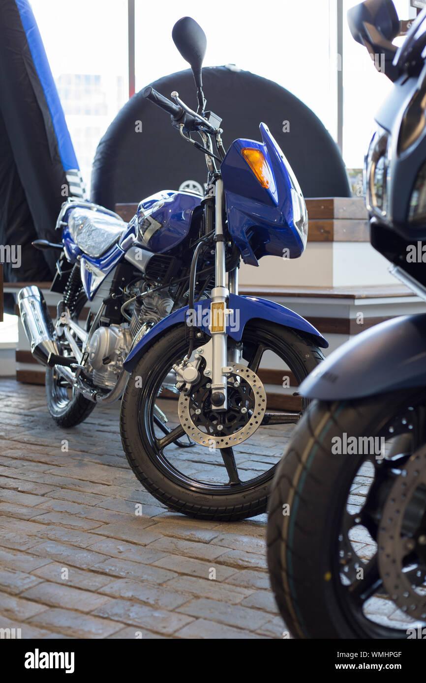 Rusia, Izhevsk - Agosto 23, 2019: motocicleta Yamaha shop. Nueva moto YBR125 en moto moderna tienda. La famosa marca mundial. Foto de stock