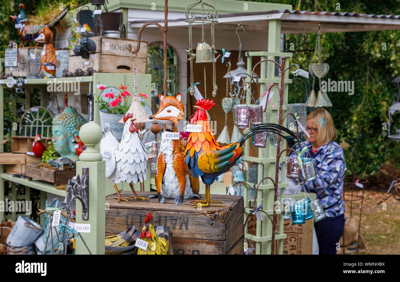 Ornamentos del jardín para venta en un stand en el septiembre de 2019 Garden Wisley Flower Show en RHS Garden Wisley, Surrey, en el sudeste de Inglaterra Foto de stock