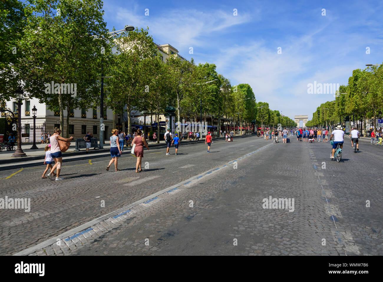 París, Campos Elíseos, jeden ersten Sonntag des Monats ist die Straße gesperrt für den Autoverkehr Foto de stock