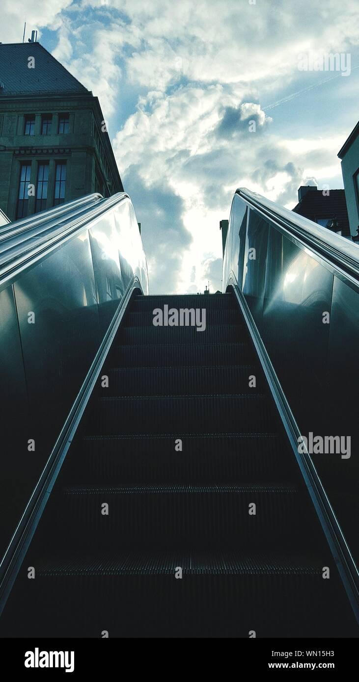 Ángulo de visión baja de la escalera de la ciudad contra el cielo Foto de stock