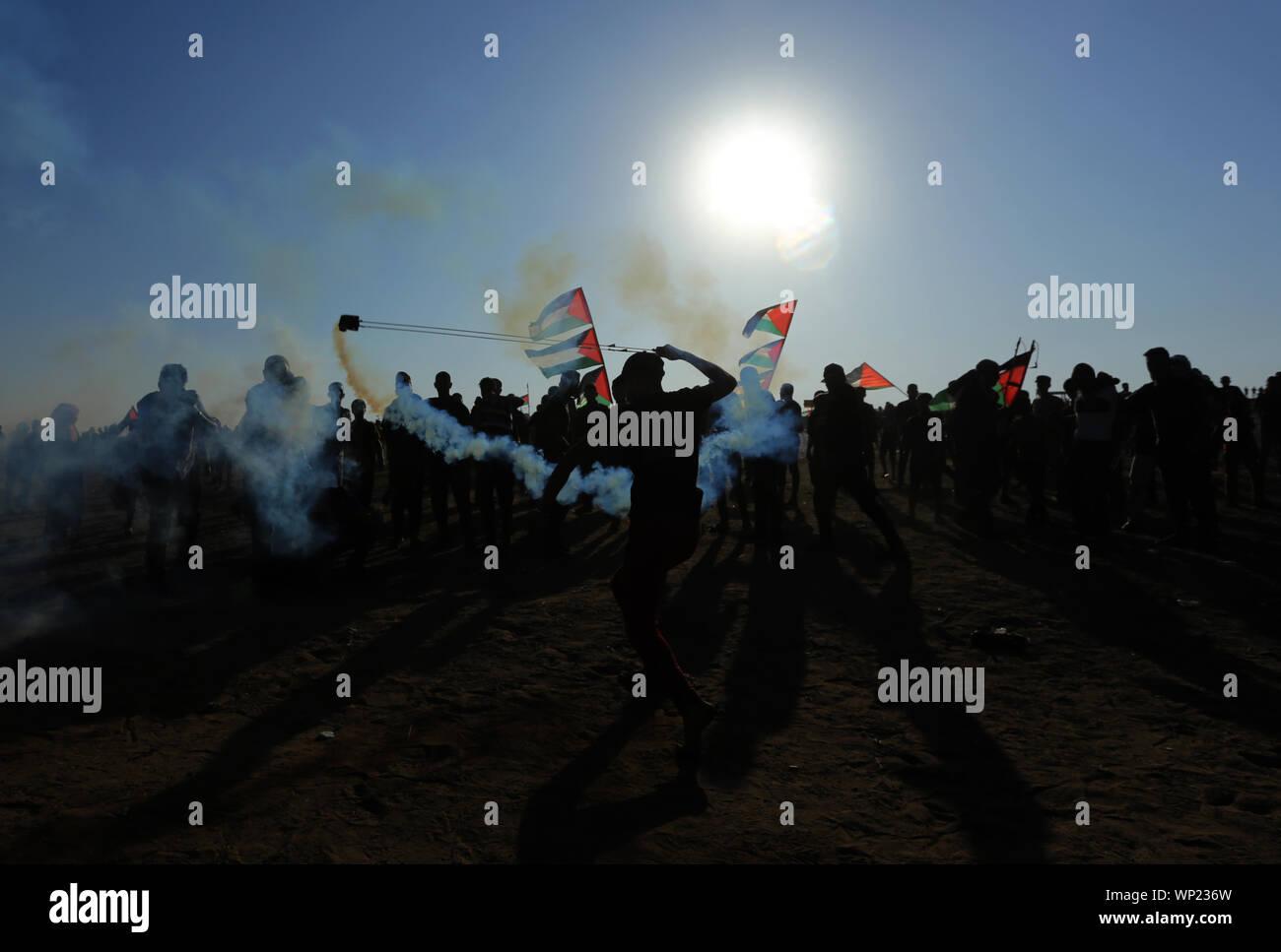 Gaza, Palestina. 06 Sep, 2019. Un manifestante palestino utiliza un tirachinas a tira piedras durante una manifestación anti-Israel en la Israel-Gaza valla fronteriza en el sur de la Franja de Gaza. Crédito: Sopa de imágenes limitado/Alamy Live News Foto de stock