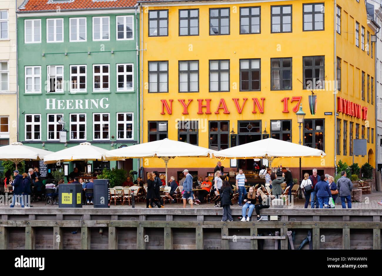 Copenhague, Dinamarca - 4 de septiembre de 2019: Edificios, restaurantes y gente en la calle Nyhavn. Foto de stock