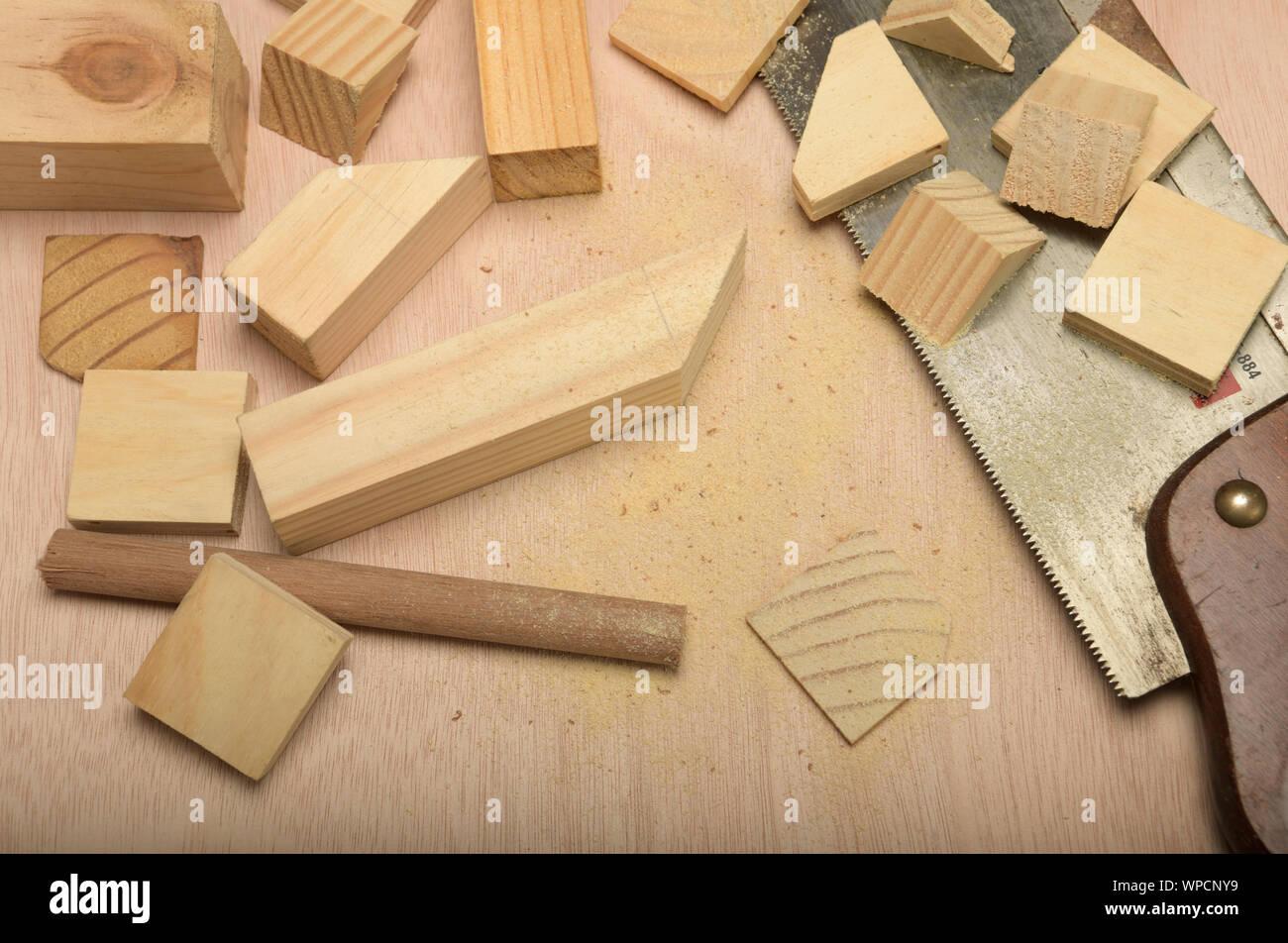 Cerca, el detalle, la colección de bloques de madera cortadas en formas y figuras con sierra, ilustración, antecedentes, carpintería, proyecto de bricolaje Foto de stock