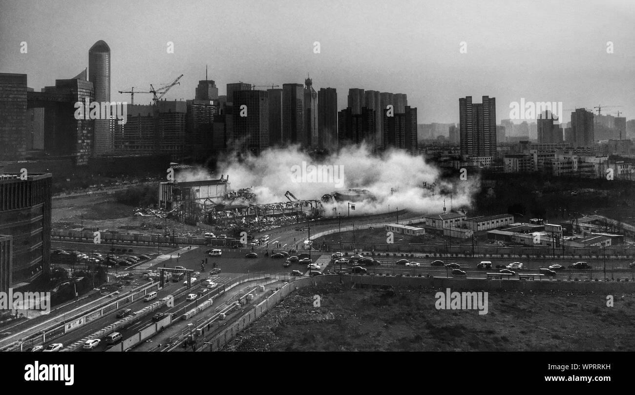 Emisión de humo desde el sitio de construcción contra el cielo en la ciudad Foto de stock