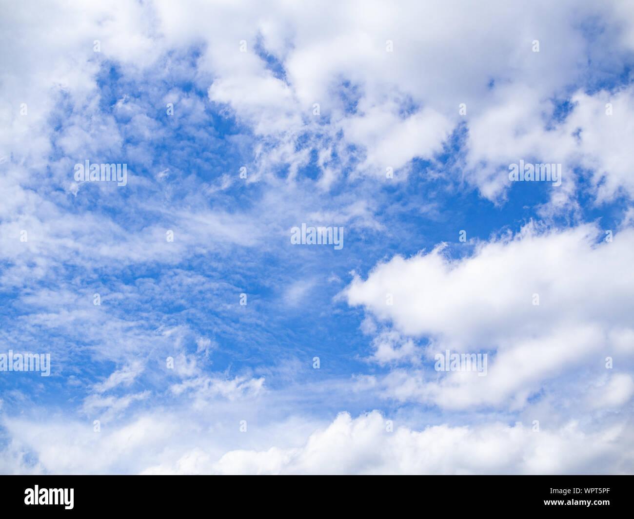 Cielos azules brillando a través de nubes blancas. Antecedentes. Foto de stock