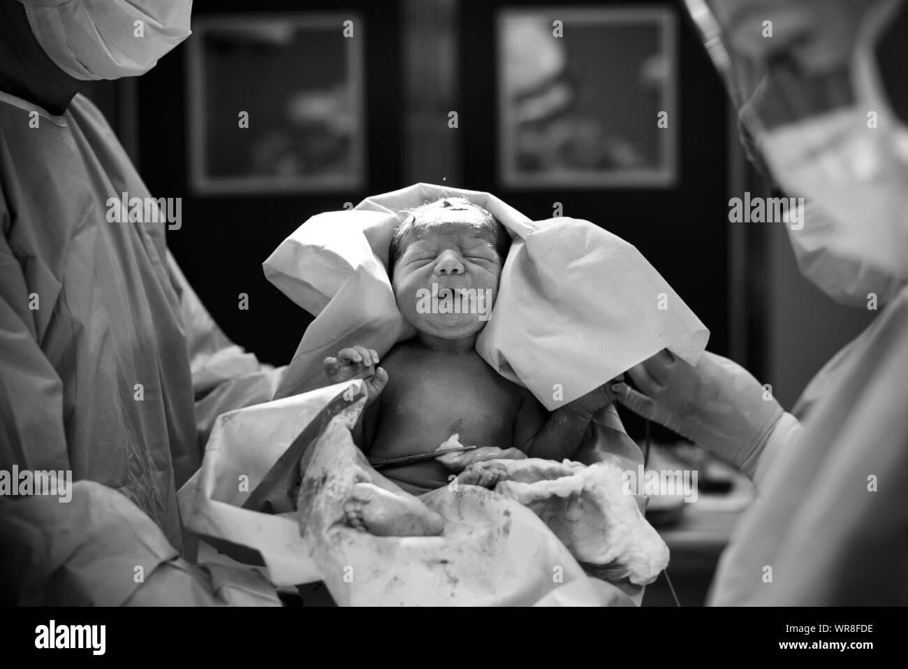 Los médicos llevar niña recién nacido en el Hospital Foto de stock