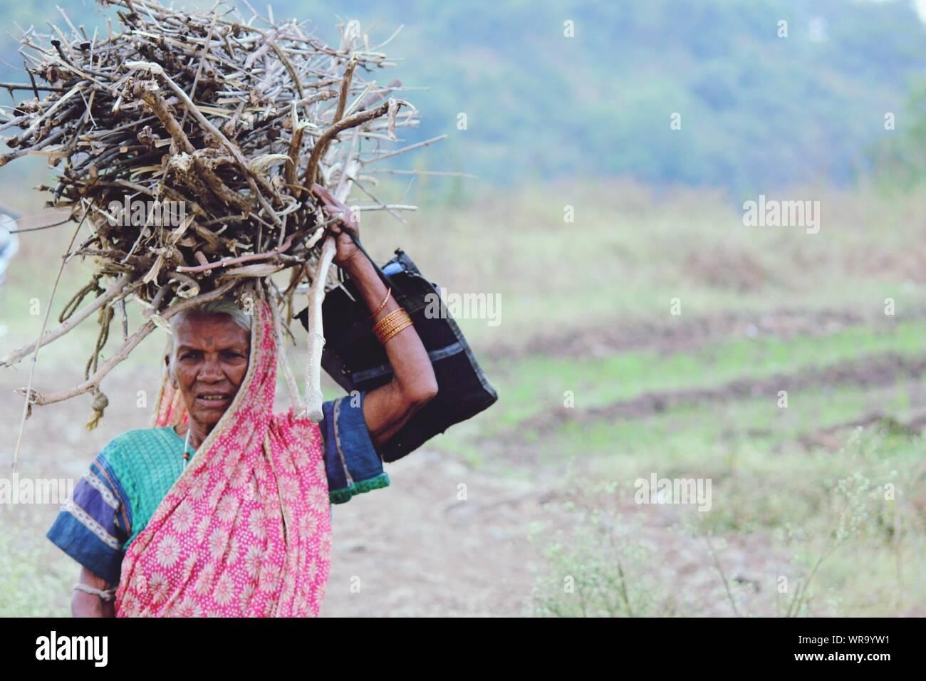 Mujer Cargando Lena Fotos E Imagenes De Stock Alamy