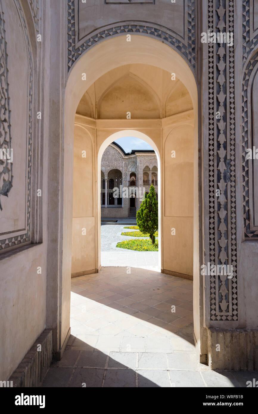 Tabatabai House, paredes labradas y pasaje, Kashan, provincia de Isfahan, República Islámica del Irán Foto de stock
