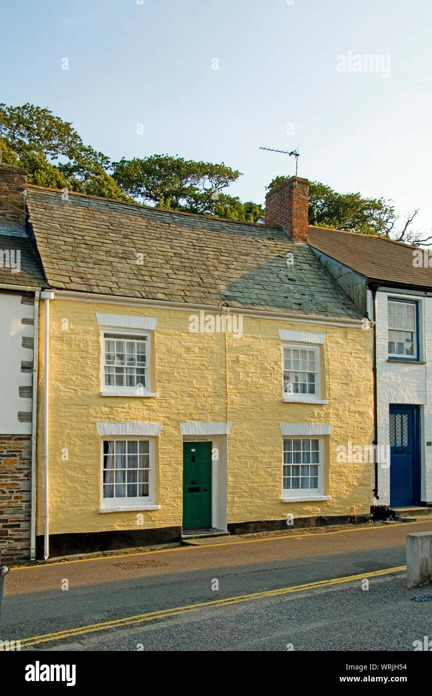 Padstow, Cornualles, Inglaterra ha restaurado muchas bellas casitas de pescadores en las colinas, estrechas calles que conducen al puerto Foto de stock