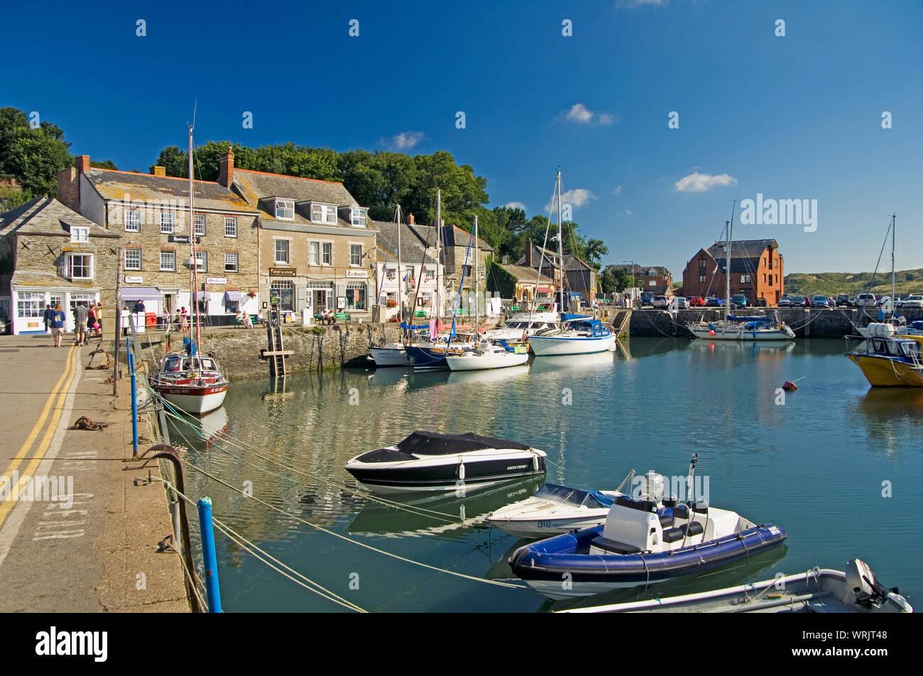 El hermoso puerto en Padstow, Cornualles, Inglaterra, donde barcos de pesca yacen al lado de yates de lujo Foto de stock