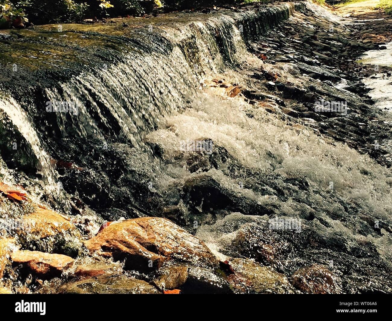 Cerca de una pequeña cascada. Foto de stock