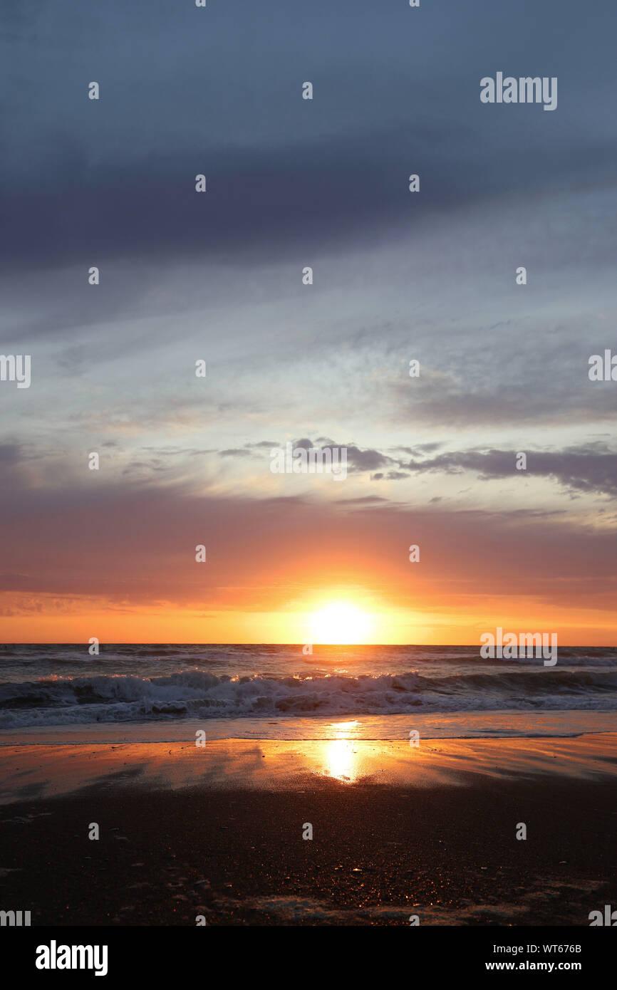 Italia, la región de Toscana. Hermoso atardecer en la playa Foto de stock