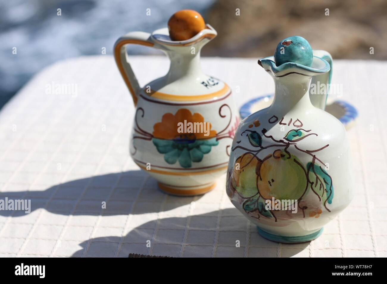 Close-up de jarras decorativas en mesa Foto de stock