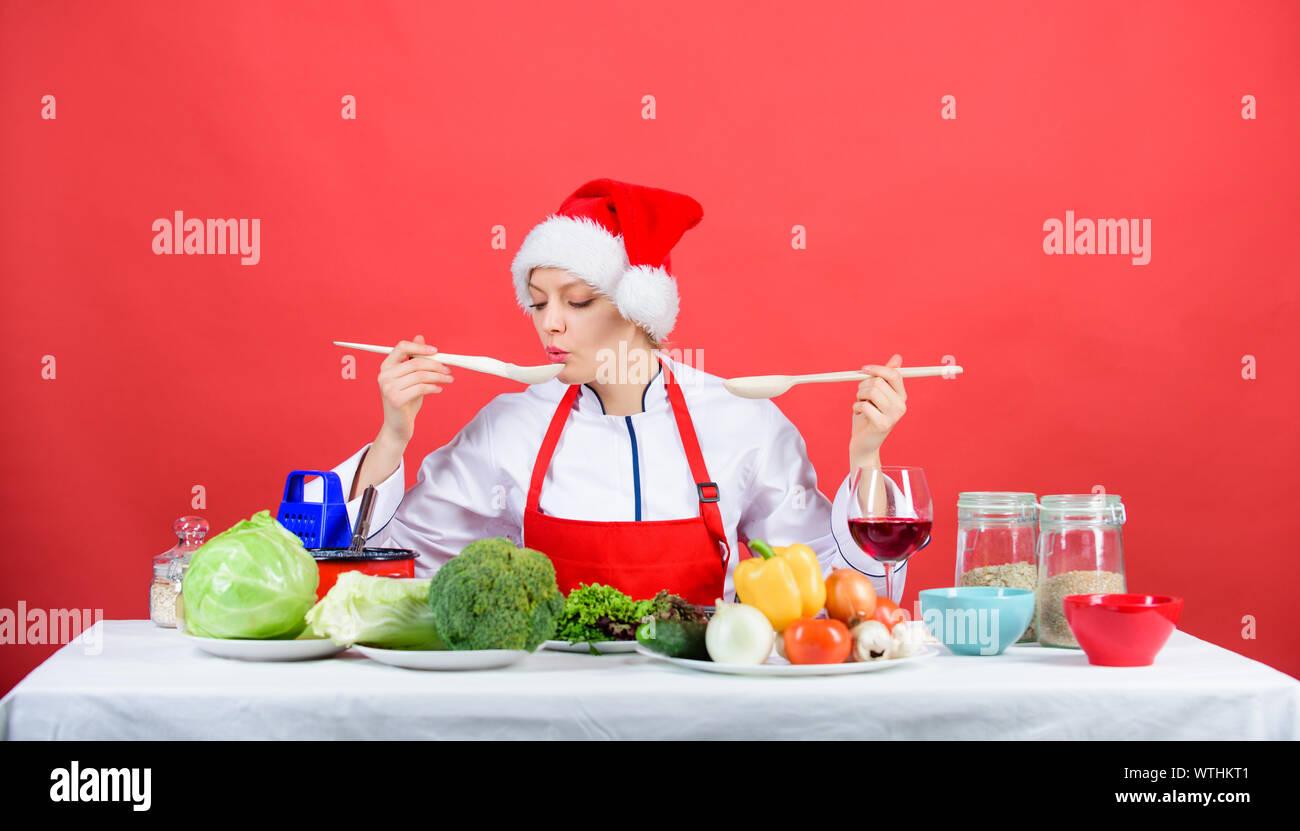 Mujer chef de cocina gorro de Papá Noel para celebrar ...