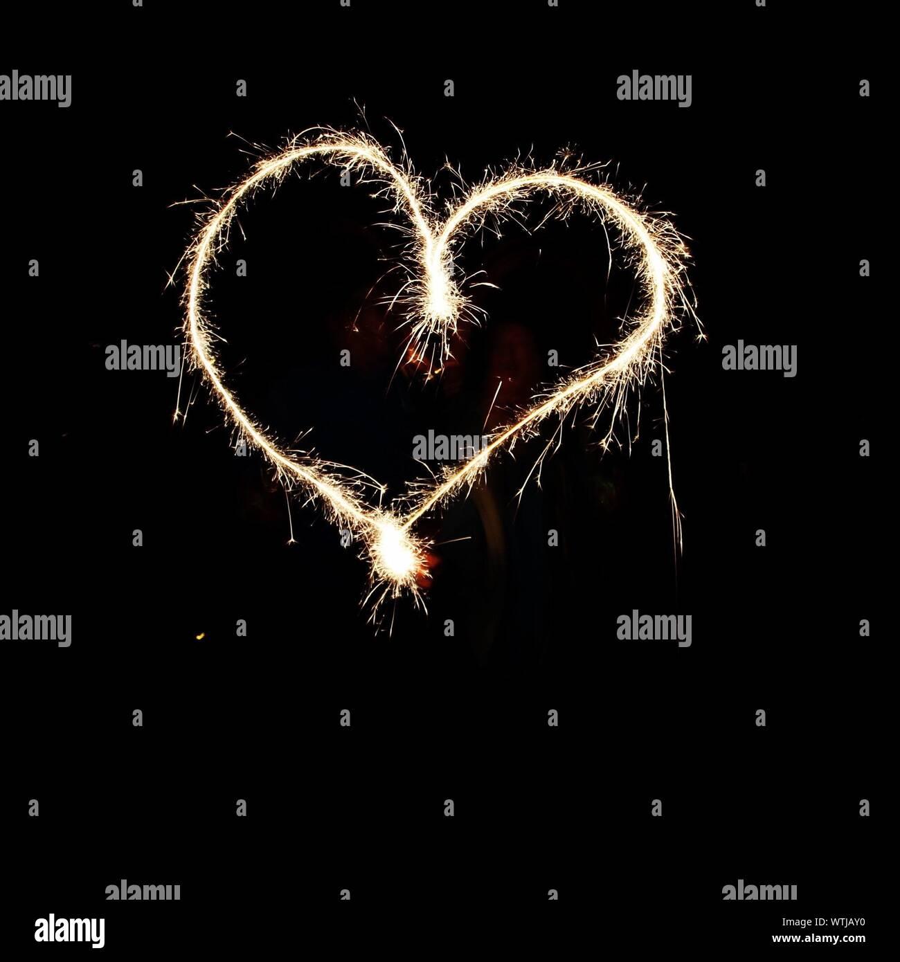 Pintura de luz con forma de corazón en la noche Foto de stock