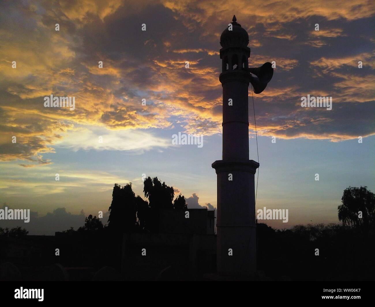 Ángulo de visión baja de los altavoces de torre Foto de stock