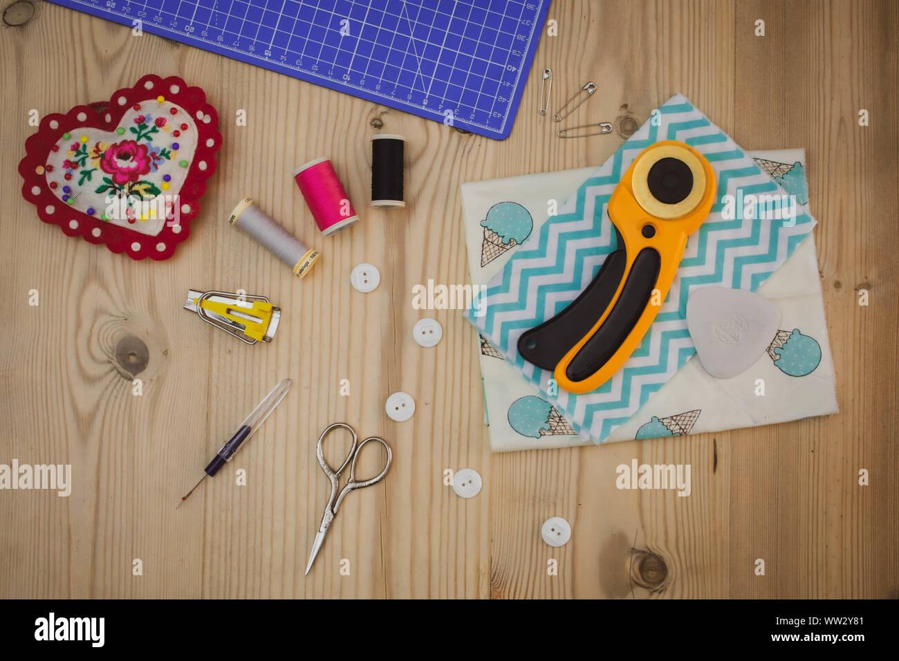 Costura plana imagen laicos de herramientas, equipos y accesorios de mesa de madera Foto de stock
