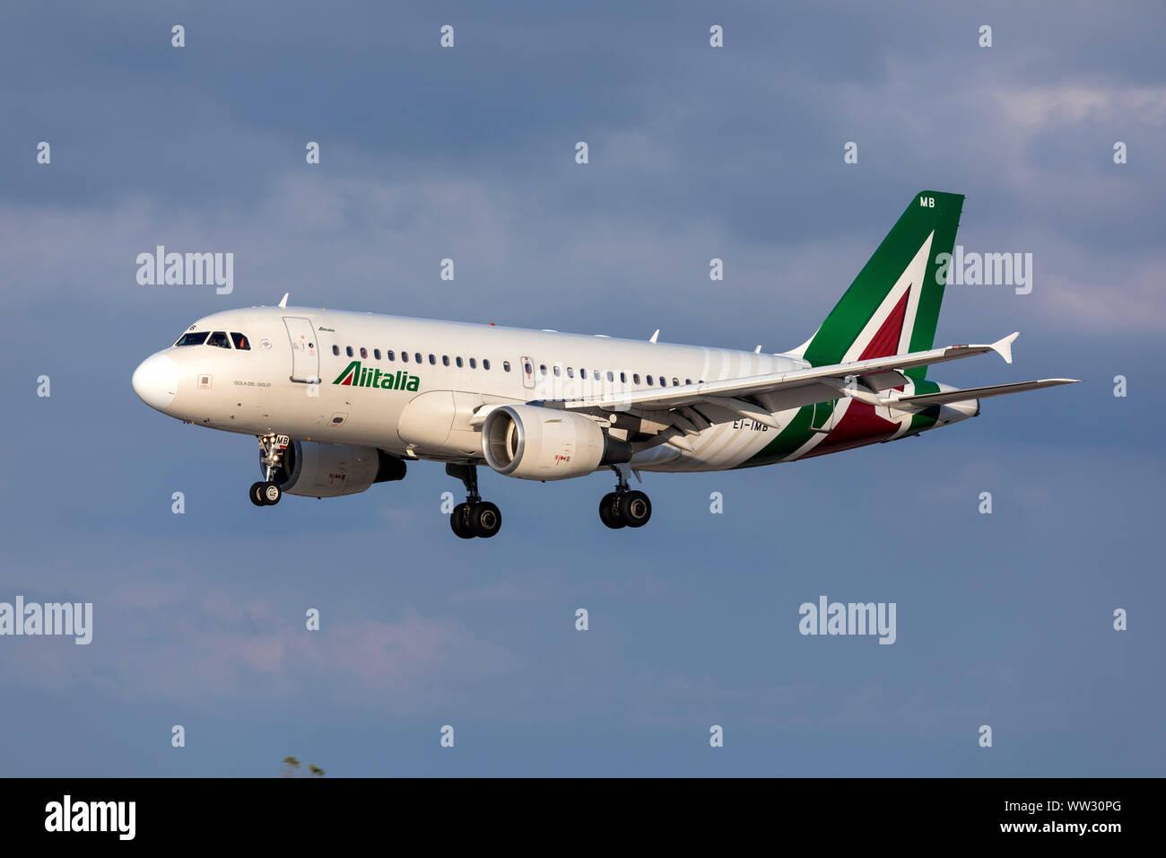 Airbus A319-112 de Alitalia (EI-IMB) llega en el vuelo de la tarde a diario desde Roma, Italia. Foto de stock