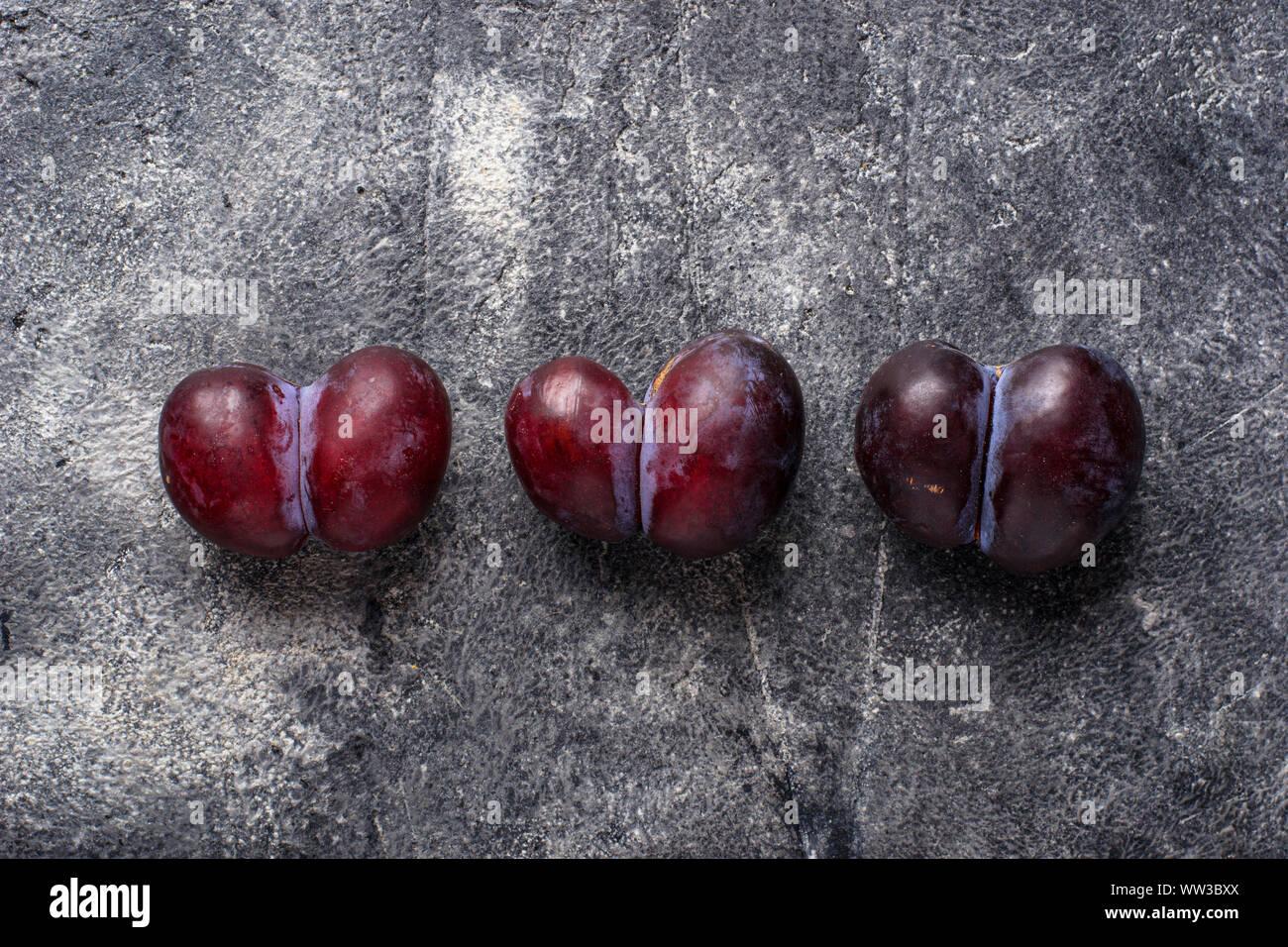 Feo ciruelas. Fruta orgánica anormal Foto de stock