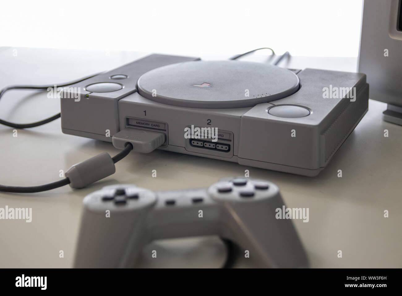 Un controlador Sony Playstation 1 y una consola de videojuegos lanzado en 1994 por Sony Foto de stock