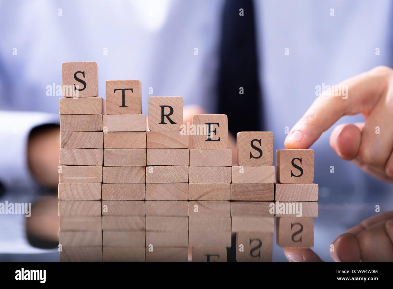 Reducir el concepto de estrés. Bloques de madera en la disminución de gráfico Foto de stock