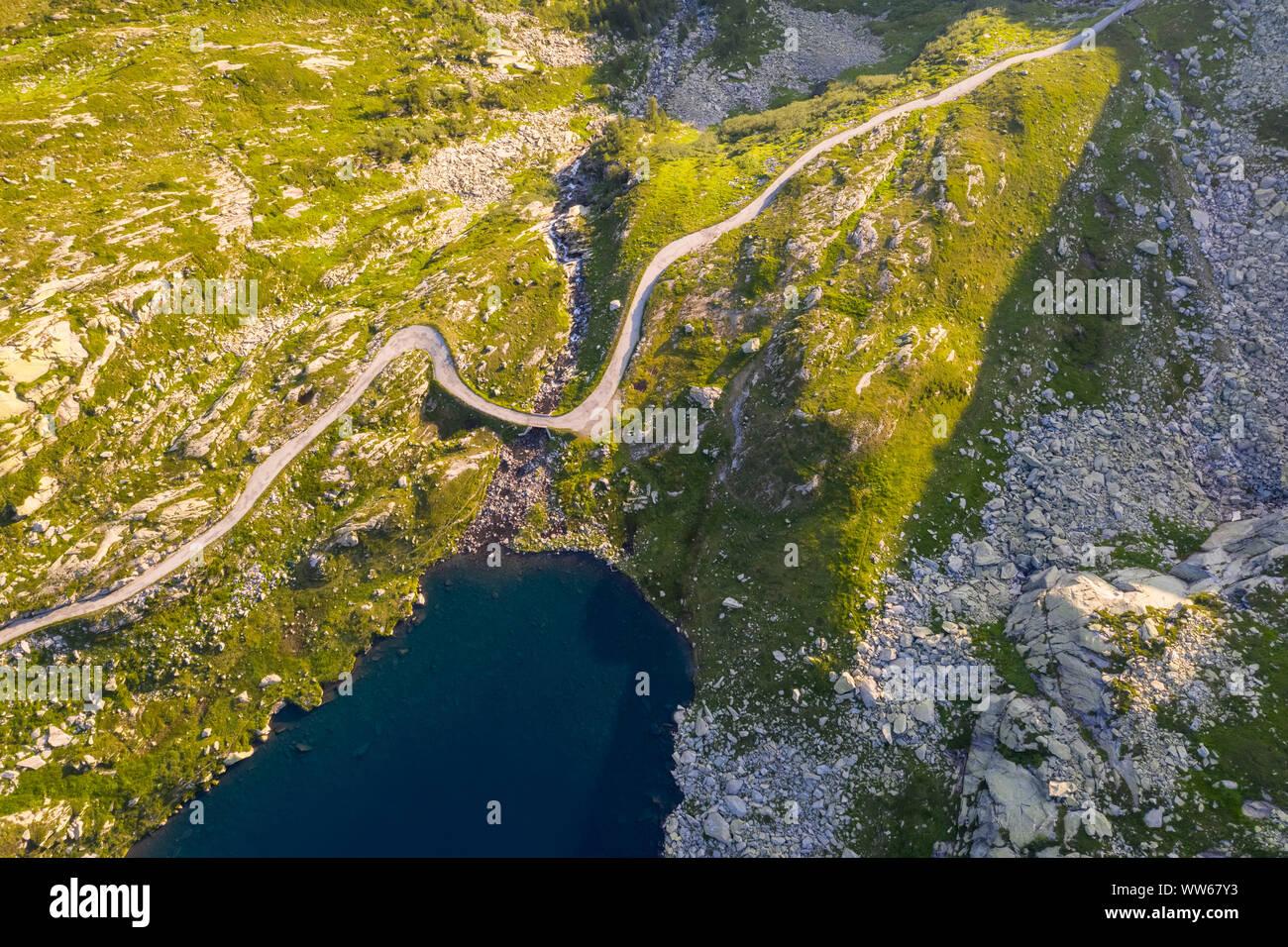 Vista aérea del lago Superiore en Valle Lavizzara al amanecer, Valle de Maggia, Alpes Lepontine, Canton Ticino, Suiza. Foto de stock