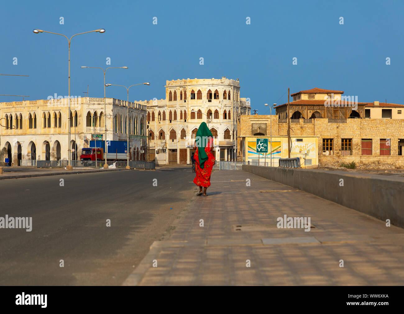 Una mujer eritrea sobre la calzada, el norte del Mar Rojo, Massawa, Eritrea Foto de stock