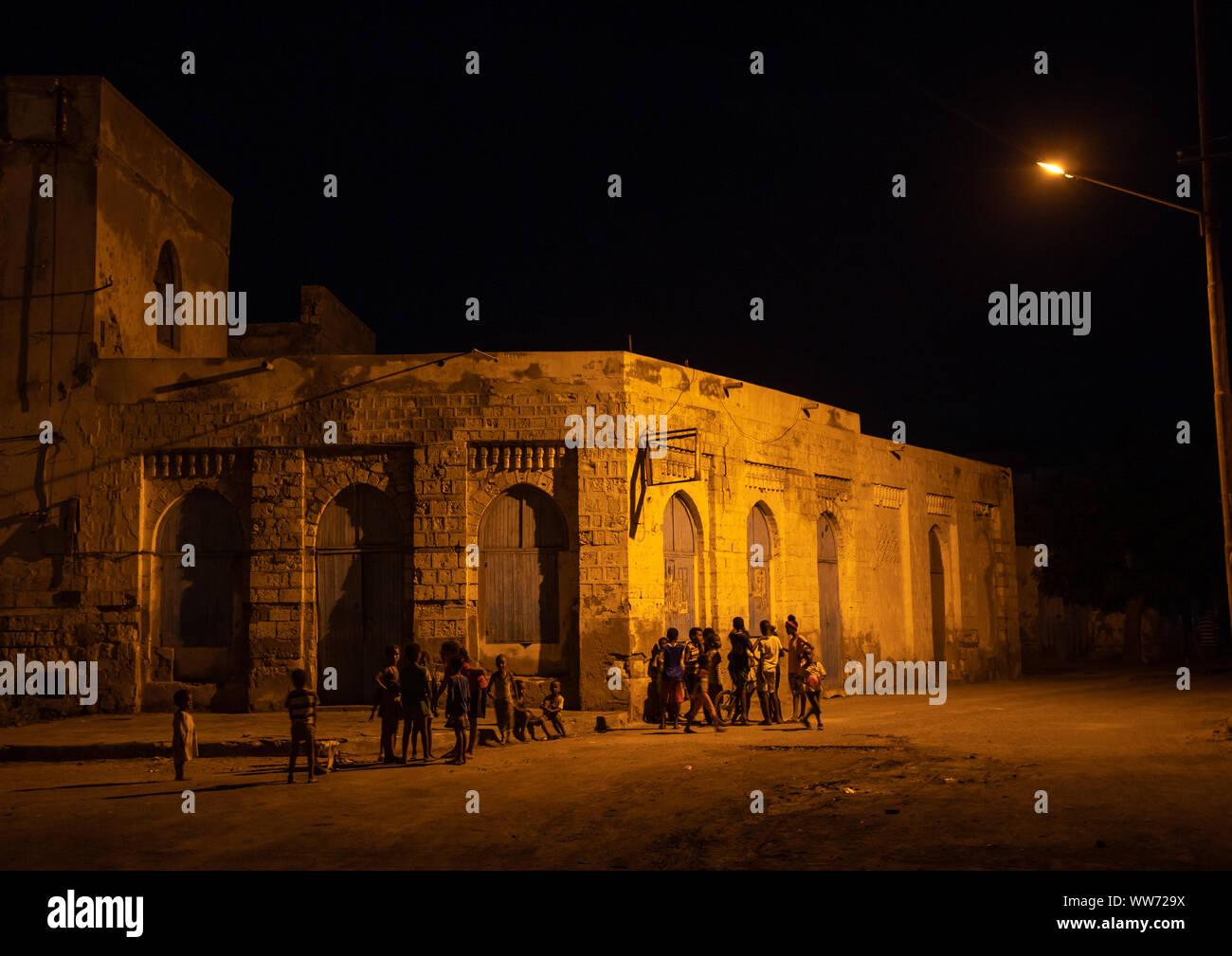 La arquitectura otomana por la noche en las casas, el Mar Rojo septentrional, Massawa, Eritrea Foto de stock