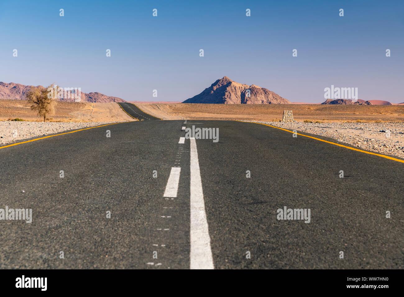 Carretera pavimentada, Parque Nacional Namib-Naukluft Sesriem, Namibia Foto de stock